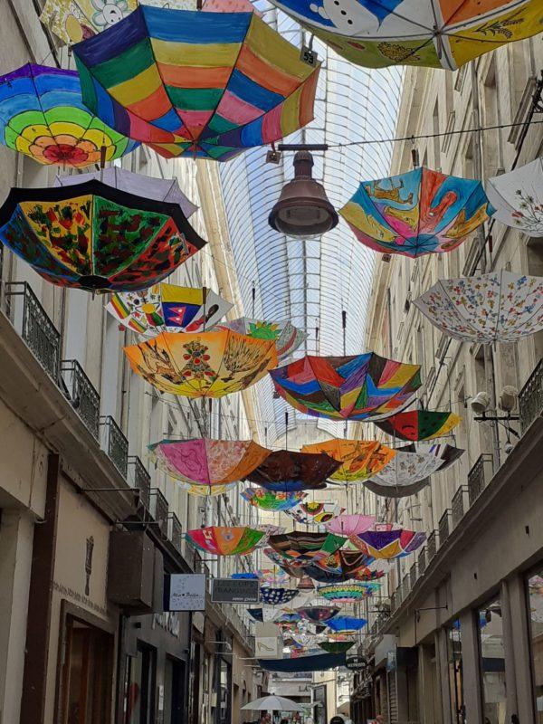 Les Parapluies dans le passage Boyer, Carpentras